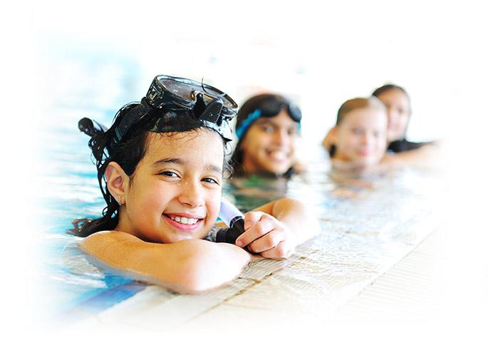 Afbeelding kinderen aan de rand van een zwembad