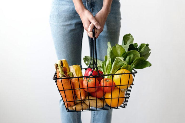 Afbeelding winkelmandje gevuld met fruit en groente