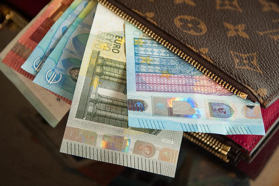 Afbeelding portemonnee met briefjes geld die er uit steken